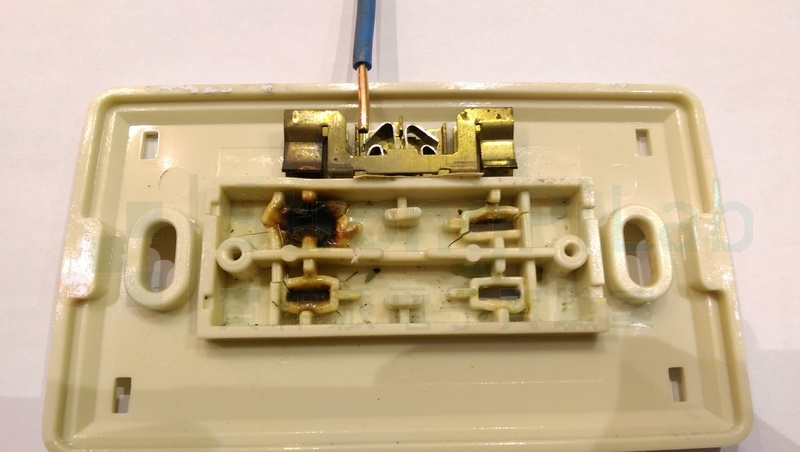 牆壁內的電線與簧片就只靠彈片接觸點導電
