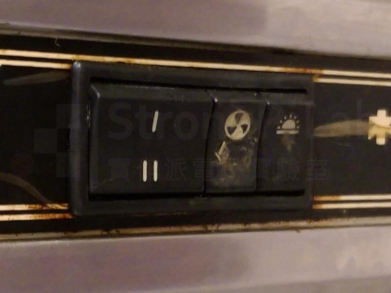 抽油煙機-開關的外觀完好,裡面的焊點嚴重氧化