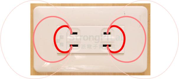 電源插座兩端會有電力線,若水中有離子就會導電