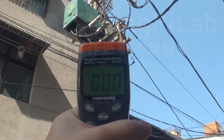 住家旁的電線杆變壓器
