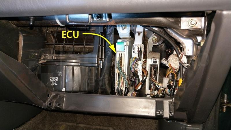 行車電腦上下都有螺絲鎖住