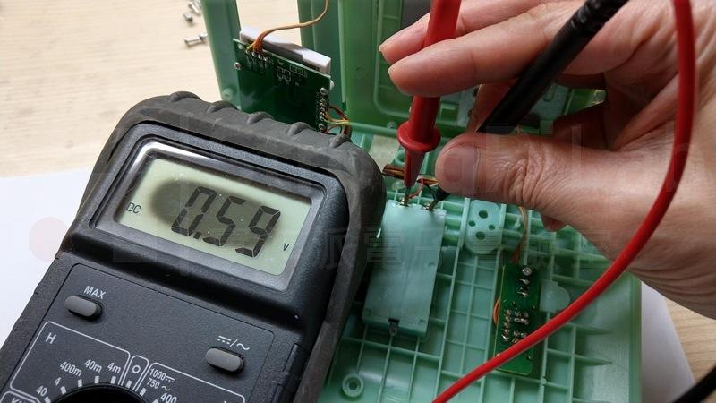 電池電壓經過電池盒,幾乎測量不到電壓,換電池 當然沒用