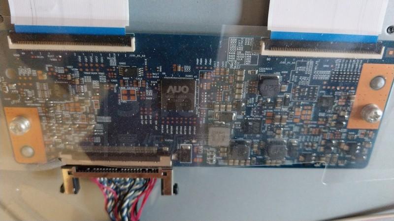 介於主機板與面板之間的邏輯板
